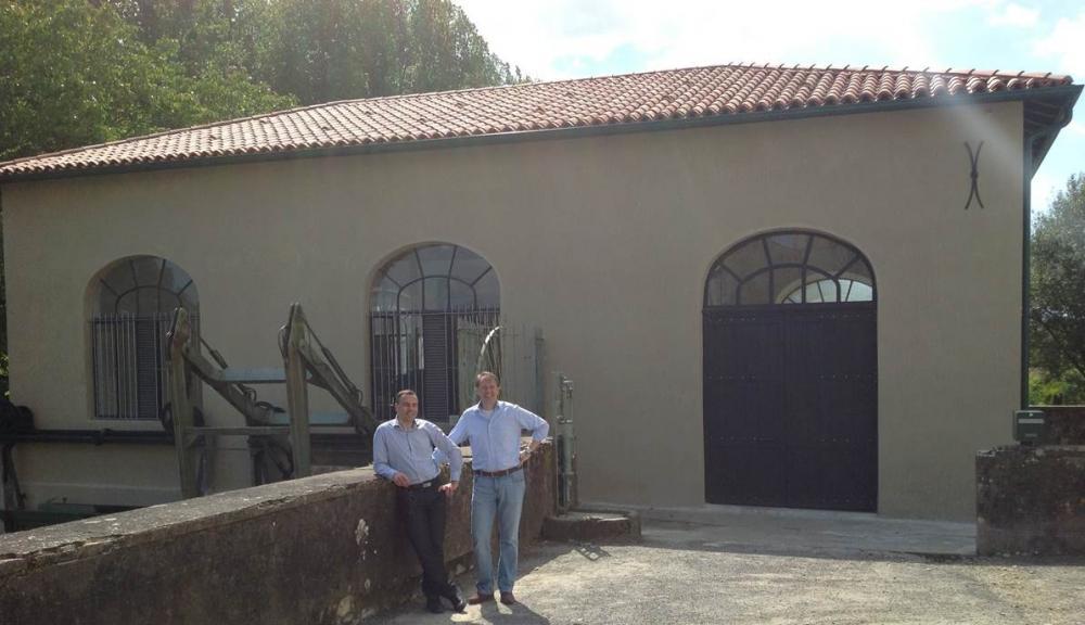 Alex Schoep et Gidéon Overwater devant la centrale de Sorde L'Abbaye