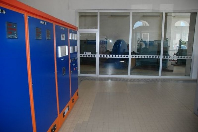 armoires électriques d'une petite centrale hydroélectrique